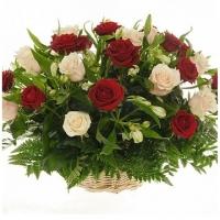 Корзинка роз и альстромерий