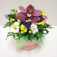 Коробка с орхидеей и другими цветами микс