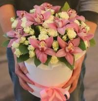 Композиция с орхидеями и кустовой розой